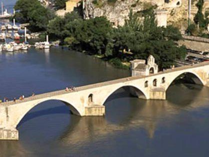 Сфотографироваться рядом с известным Авиньонским мостом Сен-Бенезе
