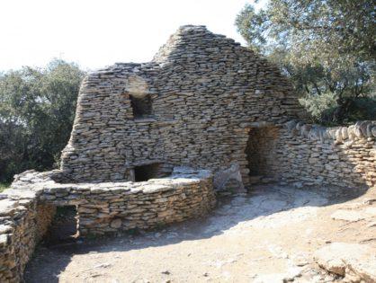 Посетить деревню Bories, датируемую бронзовым периодом